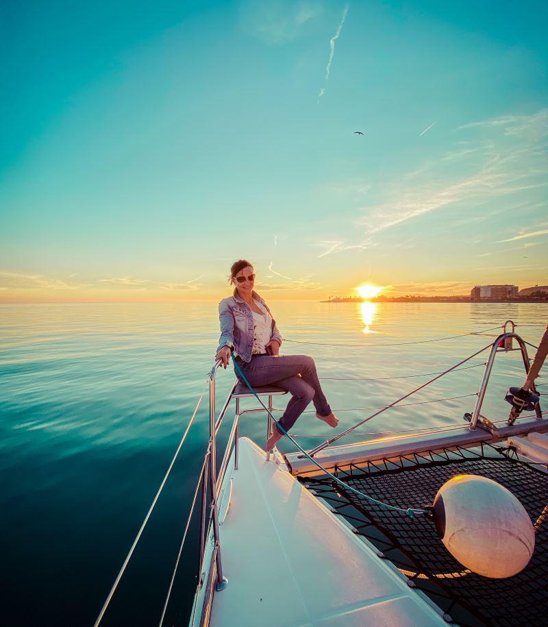 alquilar barco catamaran malaga charter candado fly blue